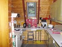 Die kleine Küche ist vollausgestattet mit zwei Kaffeemaschinen, einem Geschirrspülautomat, etc.
