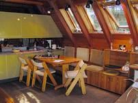In der sonnigen Essecke finden bis zu 8 Personen ihren Platz. Kinderstühle können auf Anfrage gestellt werden.