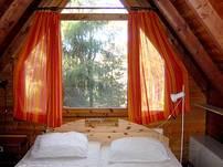 Das geräumige Elternschlafzimmer ist mit einem schönen Doppelbett ausgestattet.
