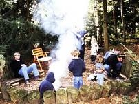 Zum Haus gehört eine romantische Feuerstelle - ideal um mit der ganzen Familie einen aufregenden Tag bei Stockbrot und Würstchen ausklingen zu lassen.