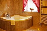 Individuell und romantisch eingerichtete Zimmer mit Sitzecke, Schreibtisch, Sat-TV, Telefon im Zimmer und im Bad, Bad mit großer Badewanne, Dusche und WC.