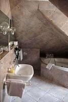 Verschieden eingerichtete, romantische, einräumige Juniosuiten mit Sitzecke, Schreibtisch, Safe, Sat-TV, Telefon im Zimmer und im Bad, Bad mit Whirlpool, Dusche und WC.