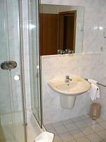 Modernes und helles Bad