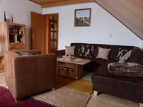 Das Wohnzimmer (Couch ausziehbar + Einzelbett)