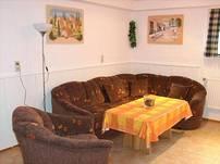 Wohnküche mit gemütlicher Polsterrundecke