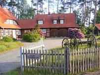 Die Ferienwohnung befindet sich oberhalb der beiden Holztüren mit separatem Eingang rechts.