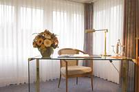 Zimmer mit funktionalem Arbeitsplatz